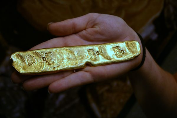 Gold_Bar_From_Mel_Fishers_Salvage_Expeditions.jpg